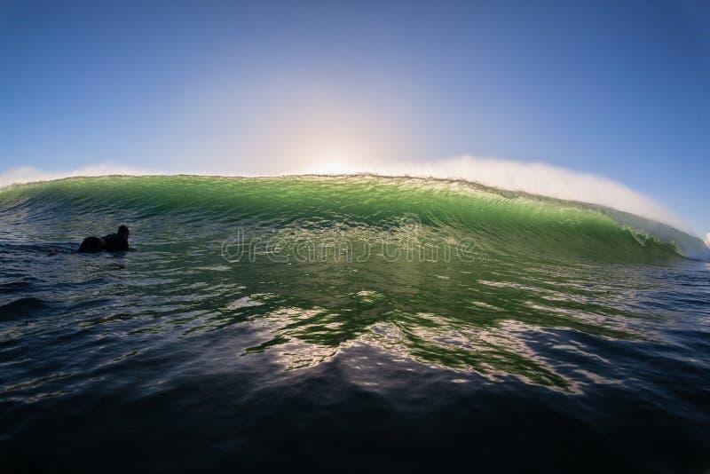 Se briser de mur de surfer de mer de vague photographie stock libre de droits