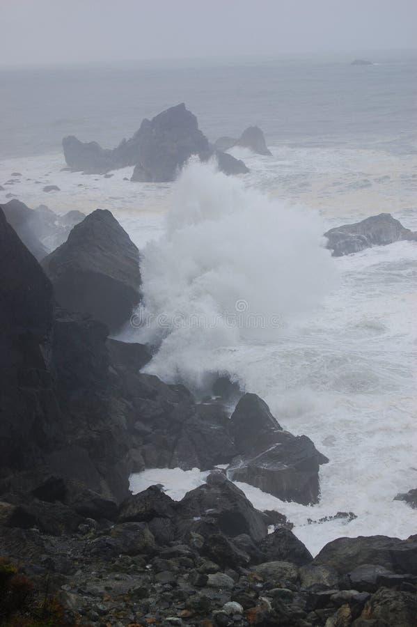 Se briser ondule dans la tempête images stock