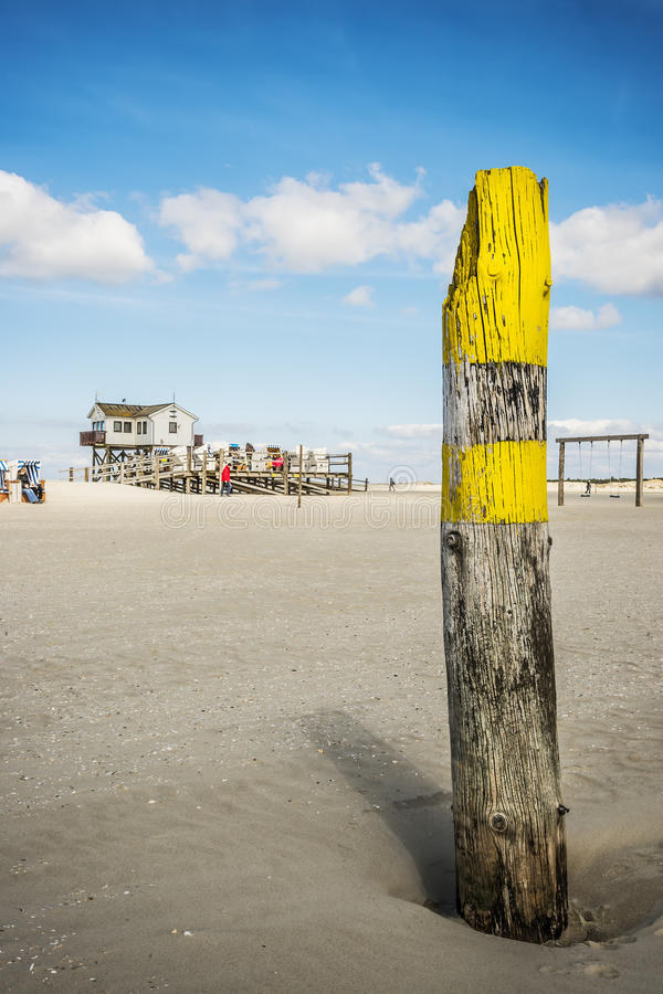 Se byggnad av sandig strandSt. Peter-Ording arkivbild