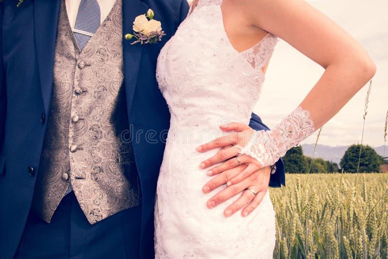 Se casa nuevamente las manos que muestran los anillos de bodas brillantes a estrenar foto de archivo libre de regalías
