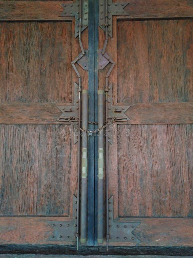se cierra la puerta de madera imágenes de archivo libres de regalías