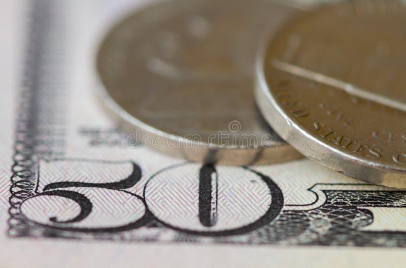 Se cierran 50 dólares y monedas fotos de archivo