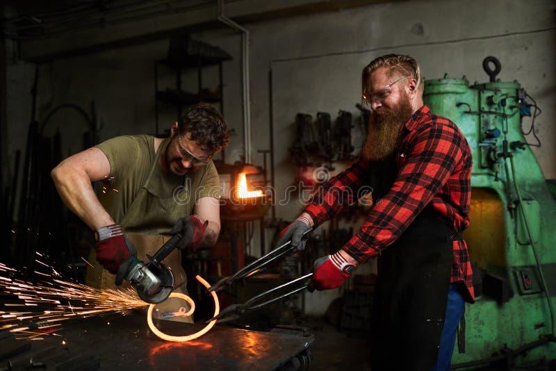 Se déformer de Metalsmiths de la barre tordue pour la barrière images stock