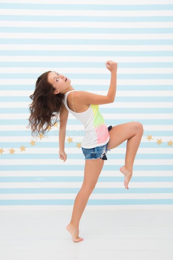 Se dépêcher à être d'abord mouvement dynamique fille joyeuse sautant ou courant à la finition dépêchez-vous et de grandes étapes  photographie stock libre de droits