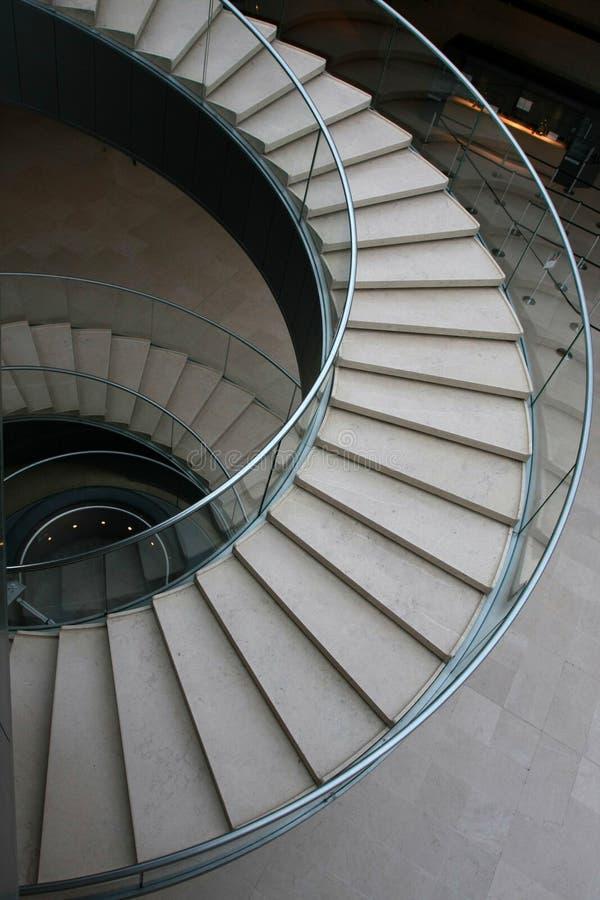 Se développent en spirales les escaliers photographie stock libre de droits