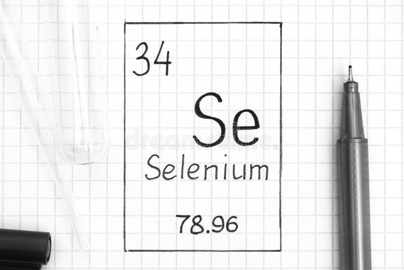 Se de sélénium d'élément chimique d'écriture avec le stylo, le tube à essai et la pipette noirs image stock