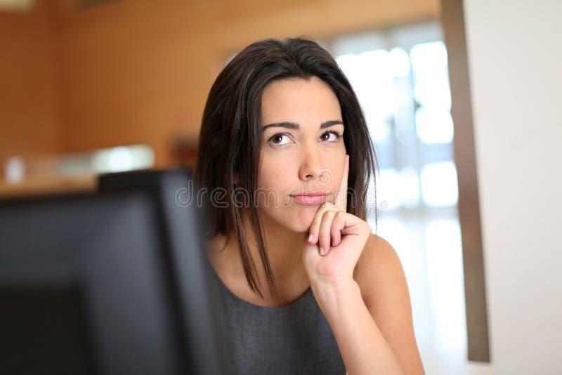 se den fundersama arbetaren för kontoret royaltyfria foton