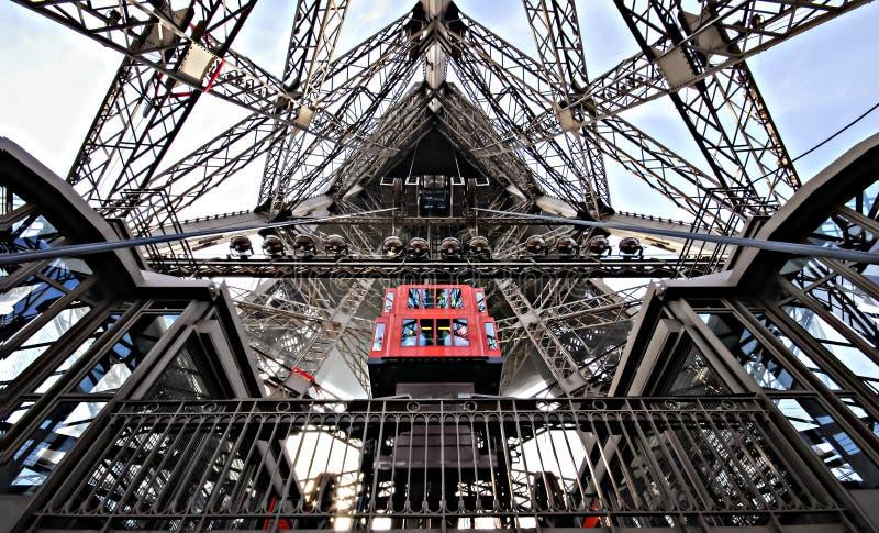 Se den inre starka Eiffeltorn arkivbild