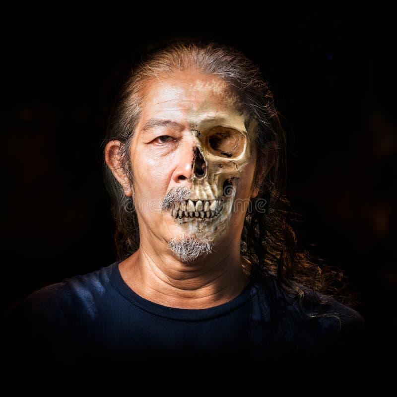 Se descolora la piel al cráneo fotos de archivo