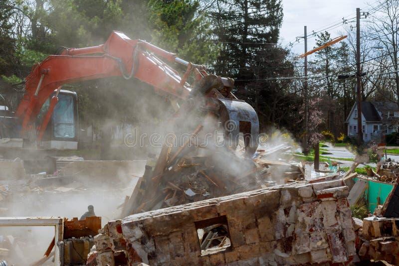 Se destruye la casa Grietas en la pared de la casa Destrucción de casas viejas, terremotos, crisis económica, casas abandonadas r foto de archivo libre de regalías
