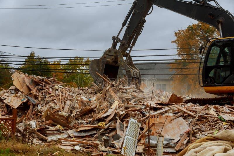 Se destruye la casa Grietas en la pared de la casa Destrucción de casas viejas, terremotos, crisis económica, casas abandonadas r imagen de archivo