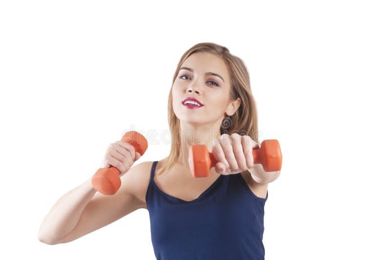 Se divierte al atleta de entrenamiento aislado retrato de las pesas de gimnasia de la muchacha foto de archivo libre de regalías