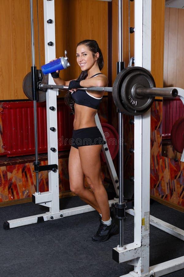 Se divierte a la mujer en el gimnasio. fotografía de archivo