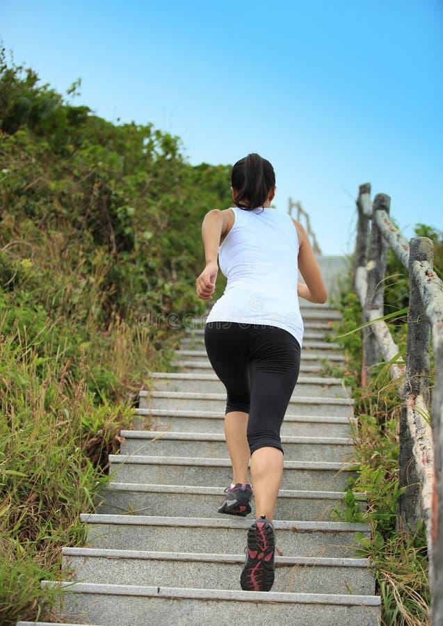 Download Se Divierte A La Mujer Que Corre En Las Escaleras De La Montaña Imagen de archivo - Imagen de asiático, copia: 41916083