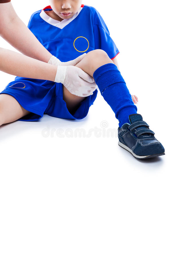 Se divierte lesión Cuide a los primeros auxilios en el muslo del jugador de fútbol isola foto de archivo