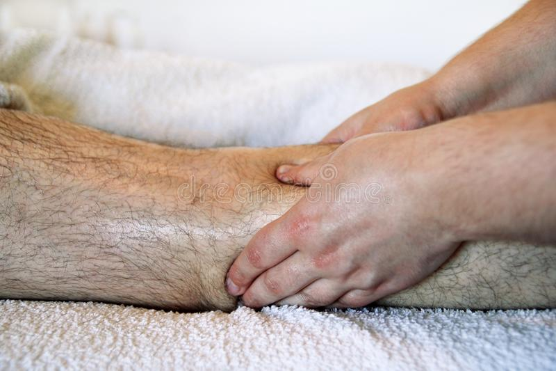 Se divierte masaje de la pierna imágenes de archivo libres de regalías