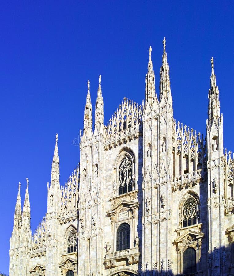 se Duomodi Milano som betyder Milan Cathedral i Italien, med b royaltyfria bilder