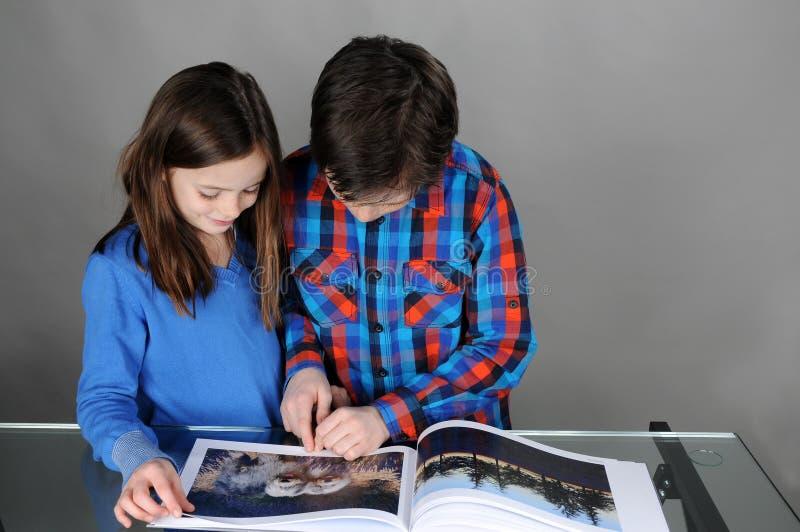 Se en bok fotografering för bildbyråer