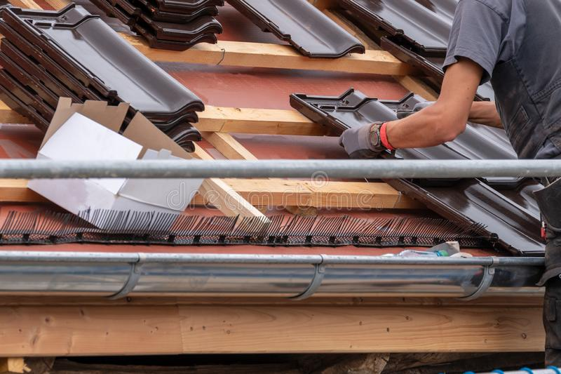 Se están poniendo las tejas de tejado fotografía de archivo libre de regalías
