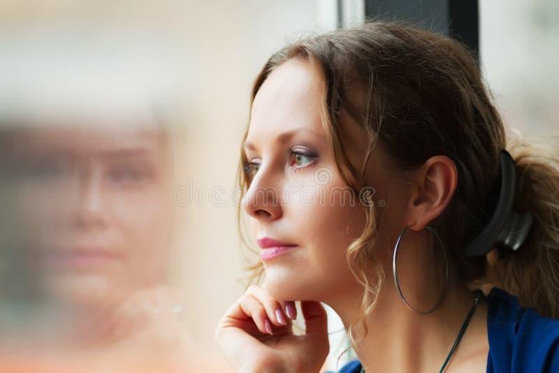 se fönsterkvinnan fotografering för bildbyråer
