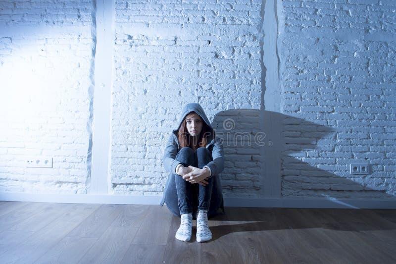 Se för känsla för tonåringflicka eller för ung kvinna ledset och förskräckt förkrossat och deprimerat royaltyfria bilder