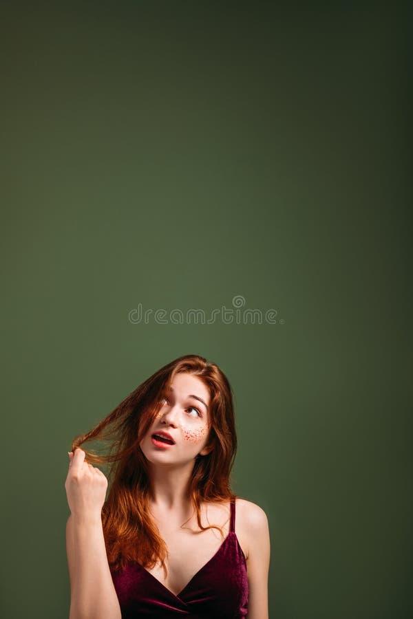 Se för kvinna för rödhårig man för behandling för håromsorg ungt arkivbild