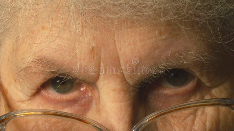 Se för mycket gammal kvinna royaltyfri fotografi