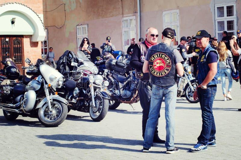 Se fermer du 6ème motoseason par l'association du cycliste sauvage MCC en Ukraine Ivano-Frankivsk image stock