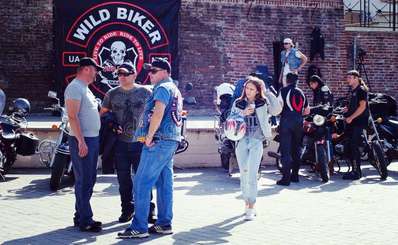 Se fermer du 6ème motoseason par l'association du cycliste sauvage MCC en Ukraine Ivano-Frankivsk photos libres de droits