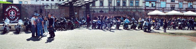 Se fermer du 6ème motoseason par l'association du cycliste sauvage MCC en Ukraine Ivano-Frankivsk, panorama image libre de droits