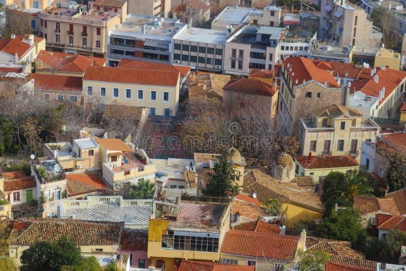 Se från Atenakropolen ner på taken av Aten med deras tegelplattatak och takuteplatser - något mycket grungy och arkivbild