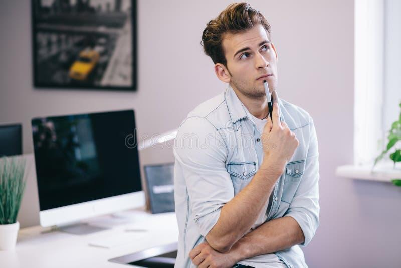 Se från de funktionsdugliga männen i kontoret Stilfull formgivare på arbete Fokuserat på hans jobb royaltyfri fotografi