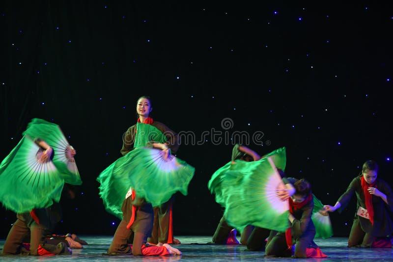 Se framåtriktat till den sol-JinggangBerg-kines folkdansen royaltyfri foto