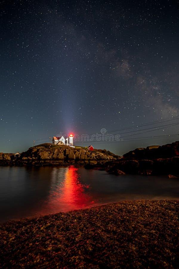 Se fyren för natthimmel i Maine arkivfoton