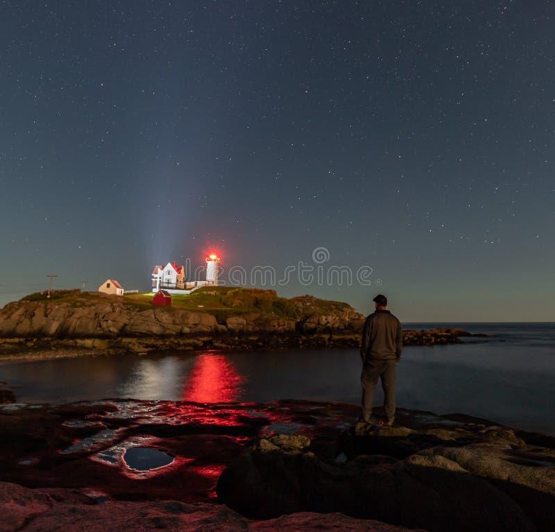 Se fyren för natthimmel i Maine arkivbild