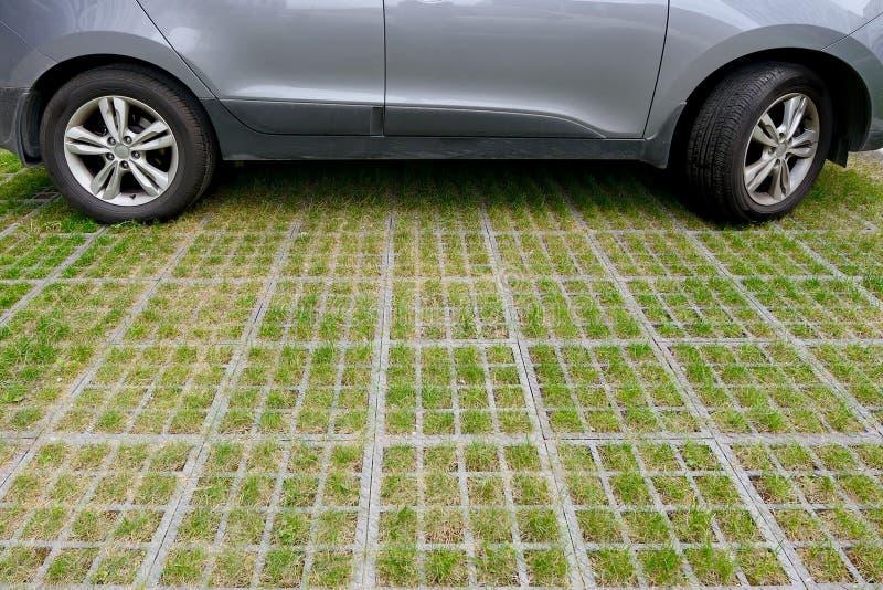 Se garer qui respecte l'environnement de voiture des cellules et de l'herbe concrètes de gazon photo libre de droits