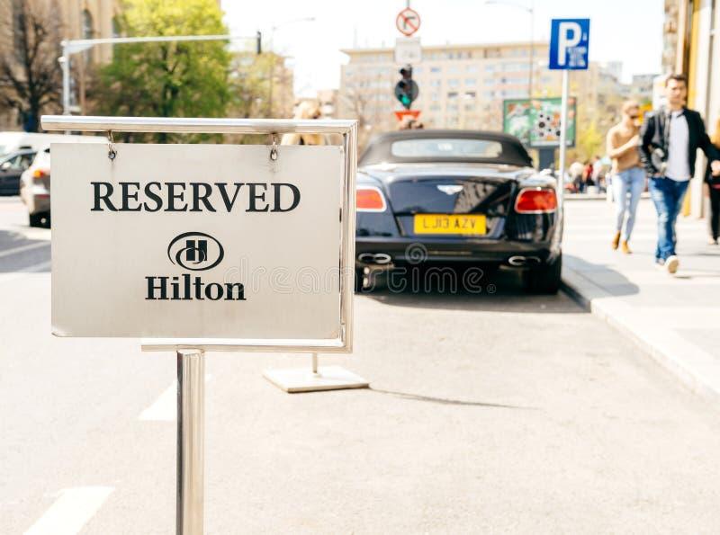 Se garer réservé pour le signe de clients de Hilton Hotel image libre de droits