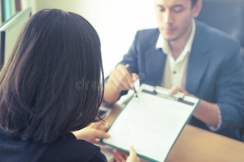 Se ha invitado al nuevo patrón que firme el contrato de trabajo después de entrevista de trabajo imágenes de archivo libres de regalías