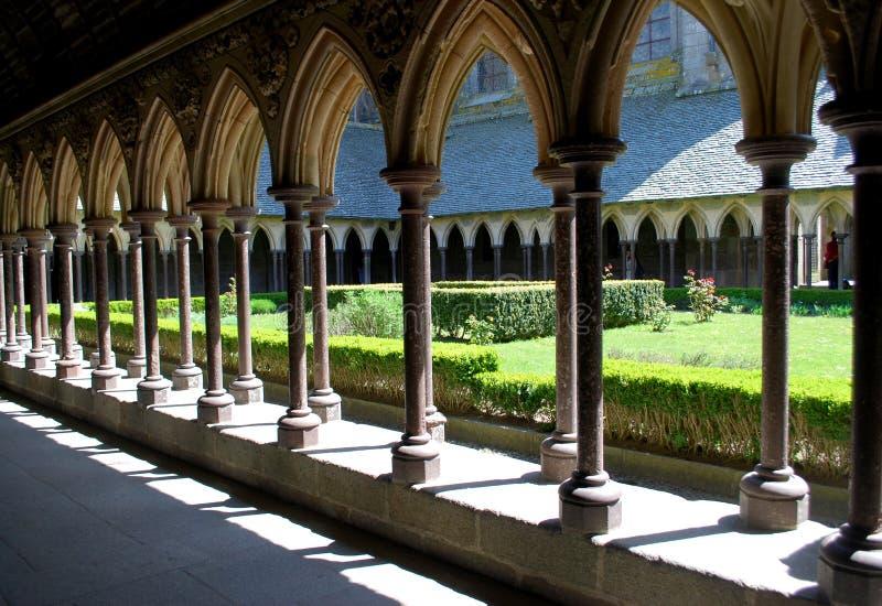 Se igenom bågar till trädgården royaltyfri bild
