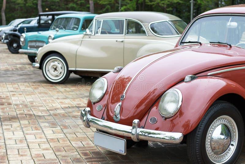 Se?l - 03 18 2019: Vista lateral de los coches retros cl?sicos, fondo del vintage imagen de archivo