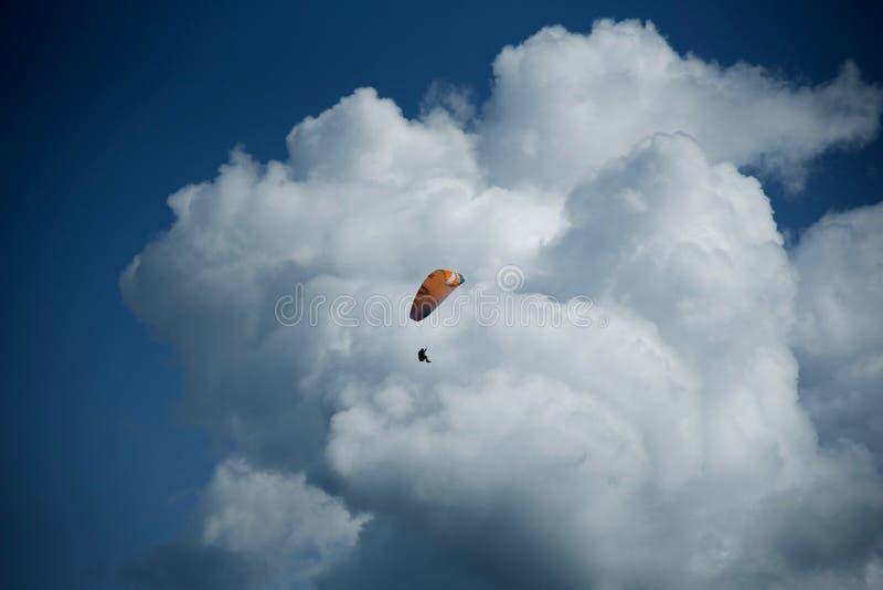 Se lanzan en paracaídas el 4tos foto de archivo