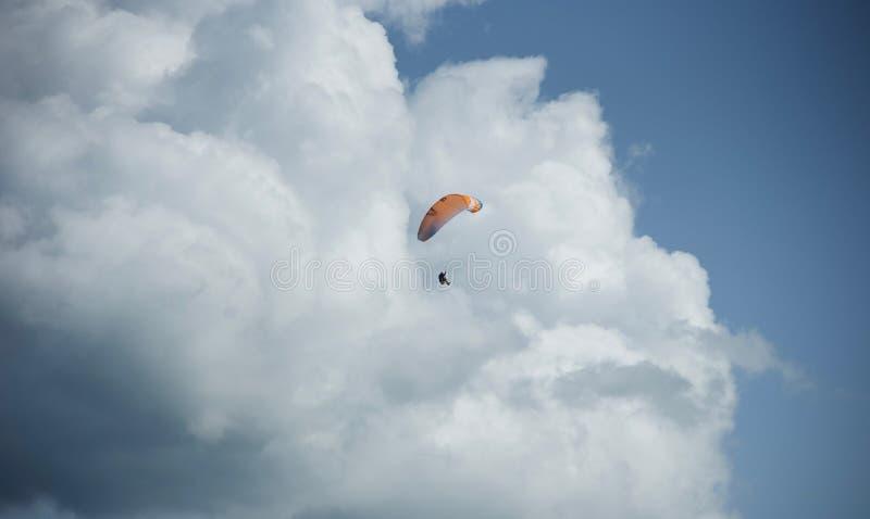 Se lanzan en paracaídas el 5tos fotos de archivo libres de regalías