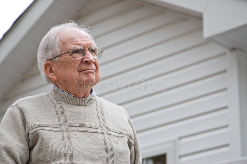 se manpensionären uppåt fotografering för bildbyråer