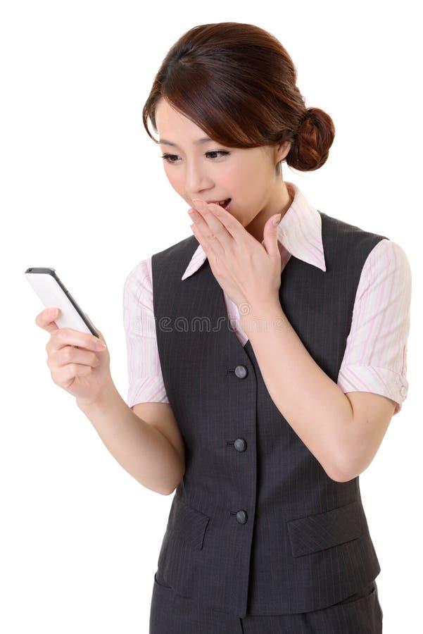 Se meddelandet på mobil ringa royaltyfri fotografi