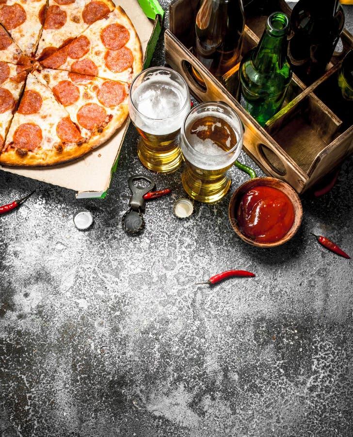 Se mina andra arbeten i portfölj Peperoni med öl fotografering för bildbyråer