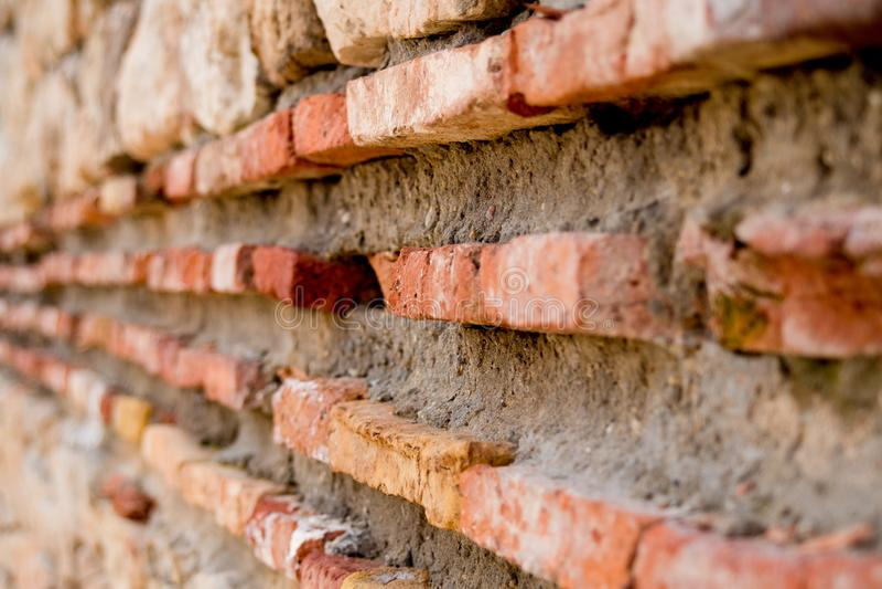 Se mina andra arbeten i portf?lj forntida f?stningv?gg Medeltida romersk citadellfästning Gammal röda tegelstenar och mortel, gru royaltyfri foto
