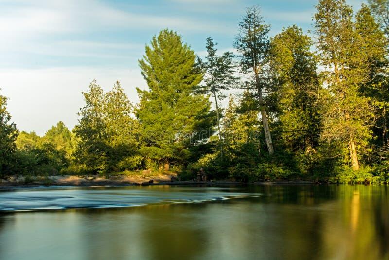 Se nedströms på ett lösa Canadian River arkivfoto