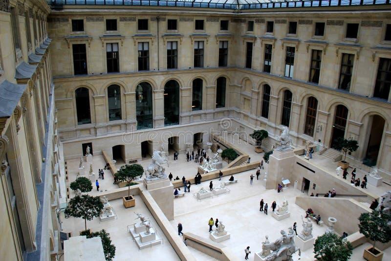 Se ner över folkmassor, som står i borggården, Louvre, Paris, Frankrike, 2016 royaltyfri fotografi