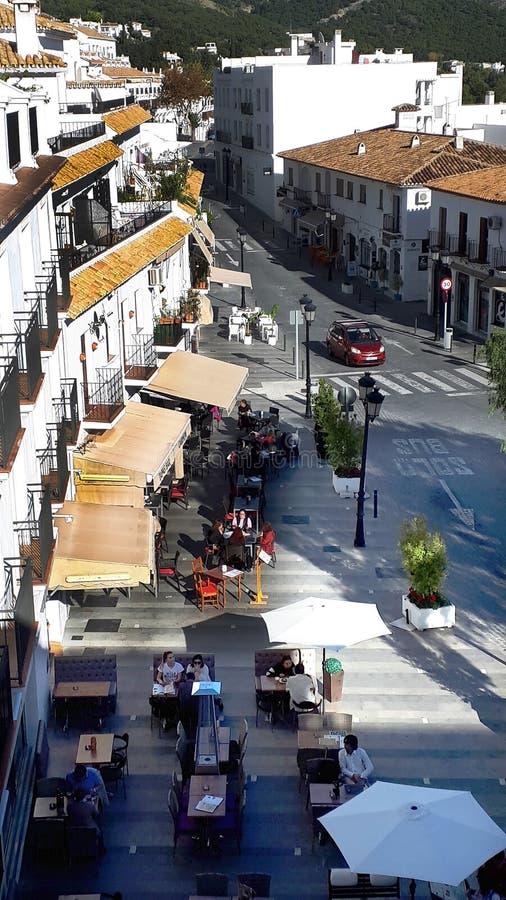 Se ner från en synvinkel i bergbyn av Mijas som är en av de mest älskvärda vita moriska byarna av Spanien fotografering för bildbyråer