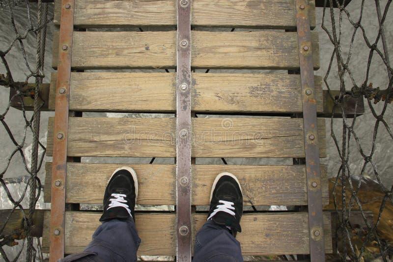 Se ner från en träupphängningbro arkivbilder